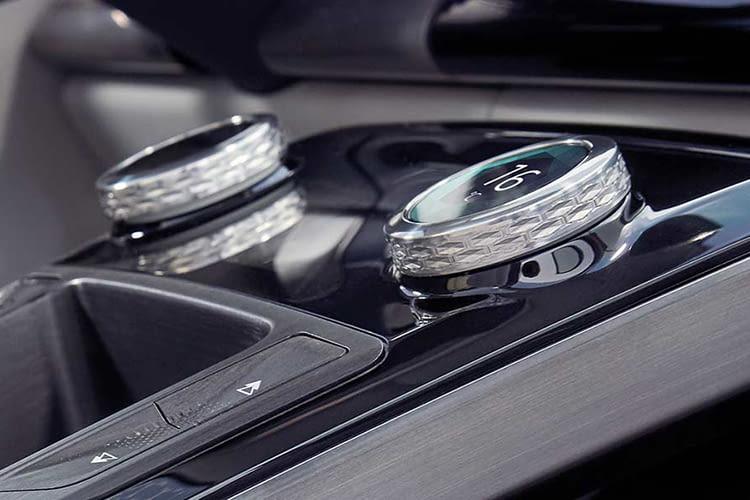 Die Knopfe auf der Mittelkonsole des Jaguar I-PACE haben eine eingebaute Digitalanzeige