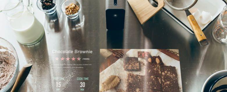 Beim Kochen und Backen unterstützt Xperia Touch mit Rezepten direkt auf der Arbeitsplatte