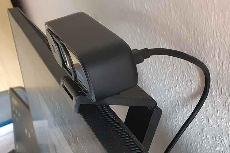Der Anker Webcam Clip verfügt über mehrere Gelenke, so dass PowerConf C300 auch an dickeren Monitoren festen Halt findet