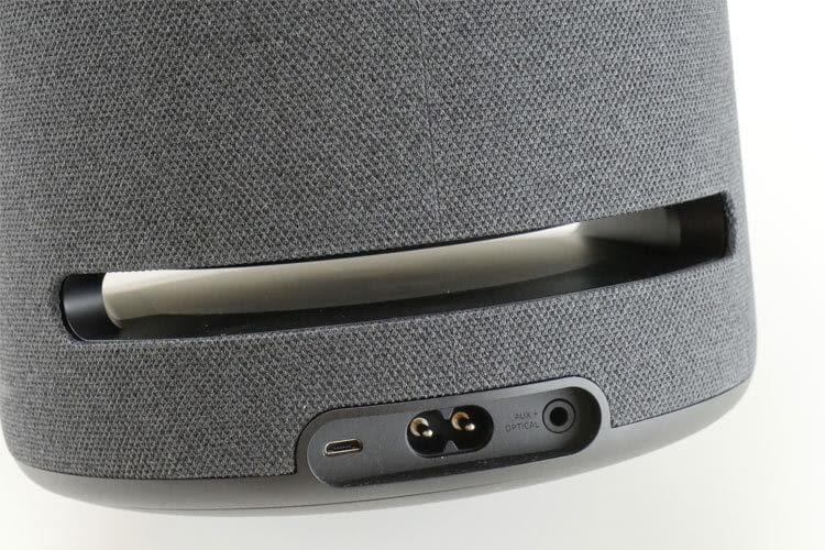 Amazon Echo Studio im Test: Auf der unteren Rückseite befinden sich die Anschlüsse für Micro USB, Strom und AUX+Optical