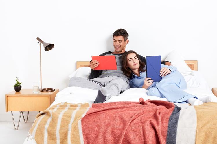 Sie liest, er sieht fern – beides ist möglich mit dem Fire HD 10 Tablet