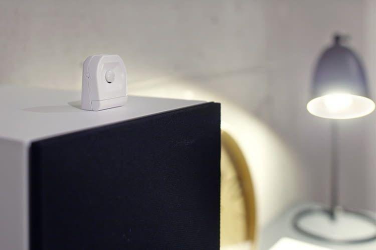 Dieser kompakte Bewegungsmelder kann stehend oder hängend angebracht werden