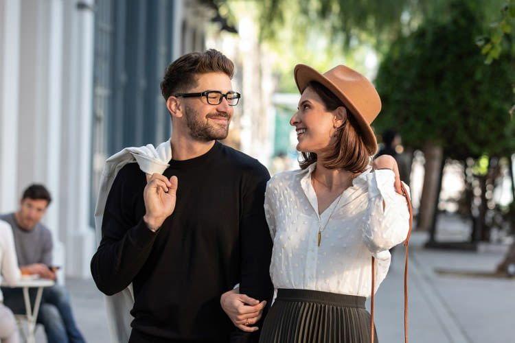Das dezente Brillengestell kann sowohl von Männern als auch von Frauen getragen werden
