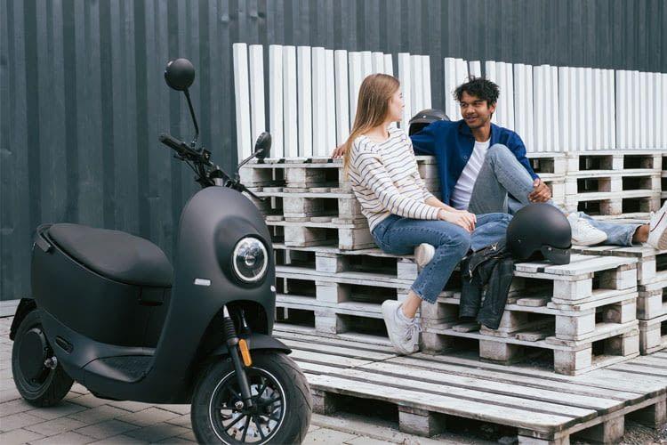 Der E-Roller von unu bietet je nach Modellausführung eine Reichweite von bis zu 100 km.