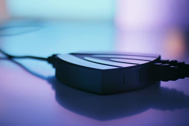 Der Lightpack TV erzeugt den Ambilight Effekt durch einen HDMI Hub