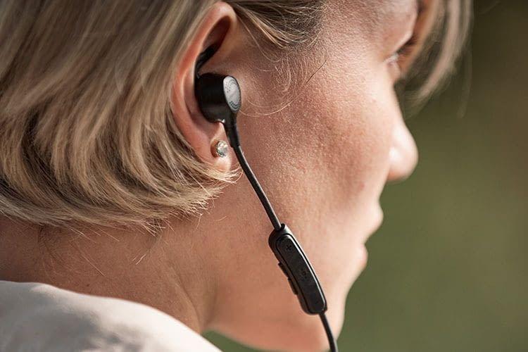 Die Fernbedienung des Bose QuietControl 30 ist am rechten Ohrhörerkabel integriert