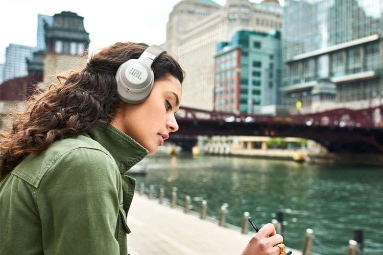 JBL E65BTNC bietet einen festen Sitz auf den Kopf und günstigen Einstieg in die ANC-Kopfhörer-Klasse