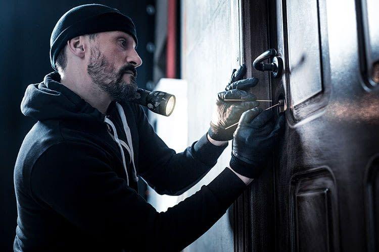 Mit kleinem Werkzeug verschaffen sich Einbrecher unerlaubt Zutritt