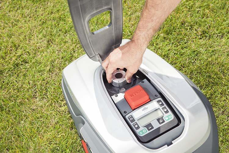 Der AL-KO Robolinho 500 E nimmt Steigungen bis 24 Grad und arbeitet leise mit nur 60 dB(A)