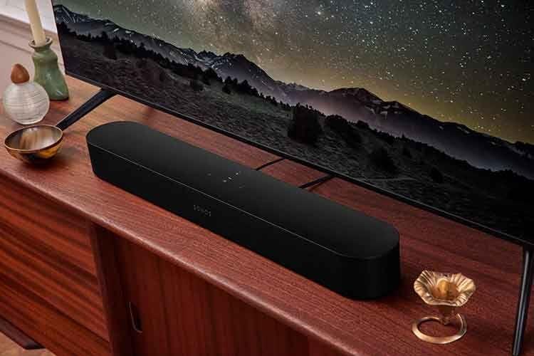 Die Soundbar Sonos Beam 2 beherrscht das Dolby Atmos Audioformat und hat Alexa und Google Assistant integriert
