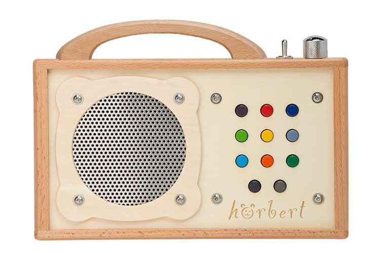 Der Kinder-Player Hörbert setzt mit Materialien aus Holz und Edelstahl auf Nachhaltigkeit