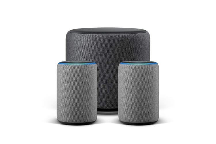 Die zwei Echo Plus-Geräte (2. Generation) und der Echo Sub bilden ein kabelloses 2.1-Stereosystem