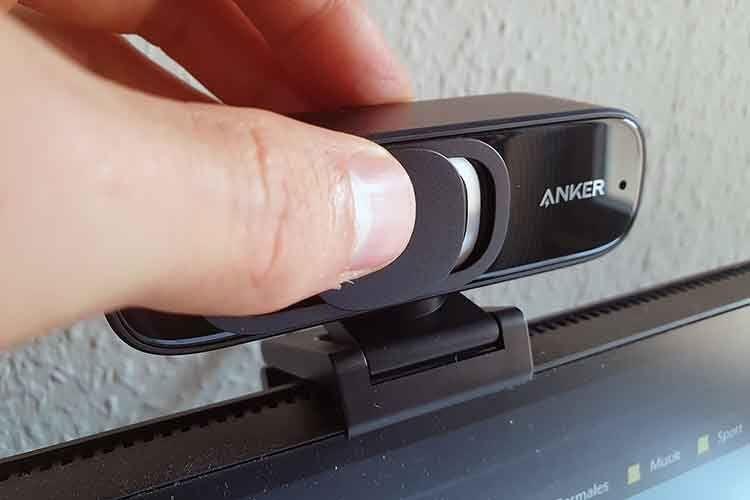 Der Linsen-Schiebeschutz ist ein Zubehörteil, dass der Anwender optional vor dem Webcam-Objektiv anbringen kann