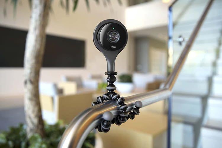 Nest Cam Indoor lässt sich fast überall flexibel befestigen