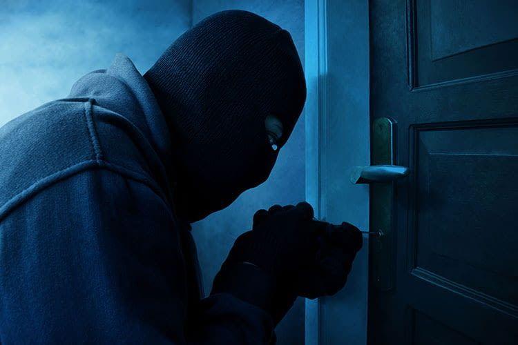 Einbrecher verschaffen sich unerlaubt Zutritt und gehen häufig den Weg über das Türschloss