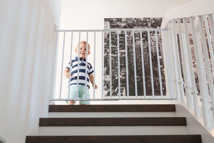 Ein Treppengitter verhindert, dass Kinder beim Toben mehrere Stufen herunterfallen