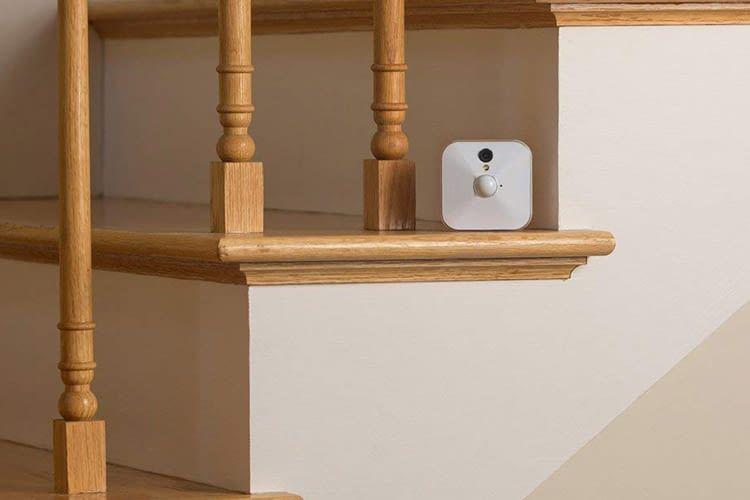 Die Blink Indoor-Kamera passt in jede noch so kleine Nische
