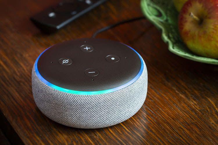 Für das Büro eignet sich der kleine Amazon Echo Dot Lautsprecher