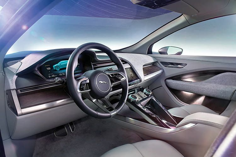 Der Jaguar I-PACE hat im inneren zwei Displays. Eines für Fahrinformationen und eines für Infotainment-Funktionen