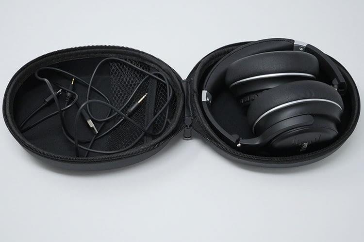 Der Lieferumfang des Tribit XFree Go Kopfhörers umfasst eine praktische Schutzhülle, ein Micro USB Kabel und ein Audiokabel