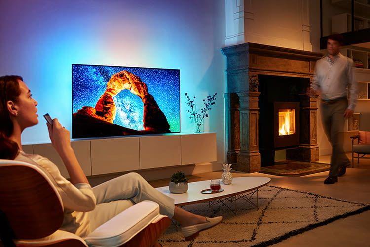 Google Assistant wird über die Fernbedienung von Philips OLED-Fernseher 803 bedient
