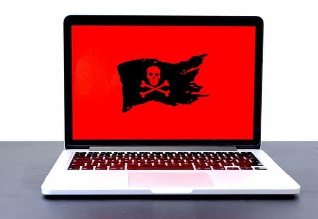 Laptop zeigt rote Piratenflagee für Online Spionage