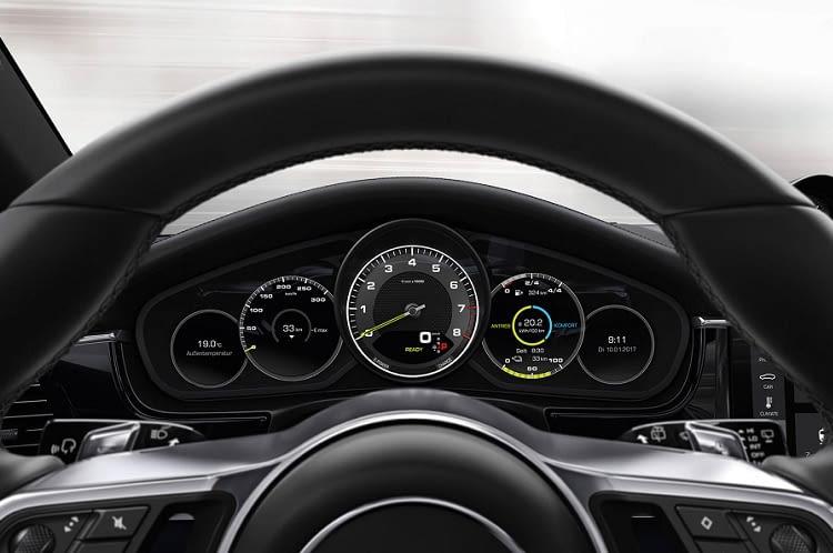 Die Anzeige im Cockpit des Porsche Panamera E-Hybrid kann individuell auf die Bedürfnisse des Fahrers angepasst werden