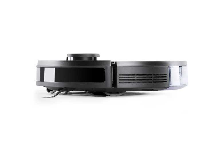 Dank flacher Bauweise kann Ecovacs DEEBOT OZMO 950 gut unter Möbeln reinigen