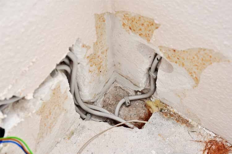 Kabelschäden verstecken sich oft unter dem Putz und bieten daher ein hohes Verletzungsrisiko für Laien
