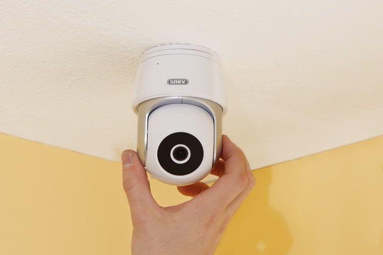 Die ABUS WLAN-Überwachungskamera lässt sich auch an der Decke befestigen