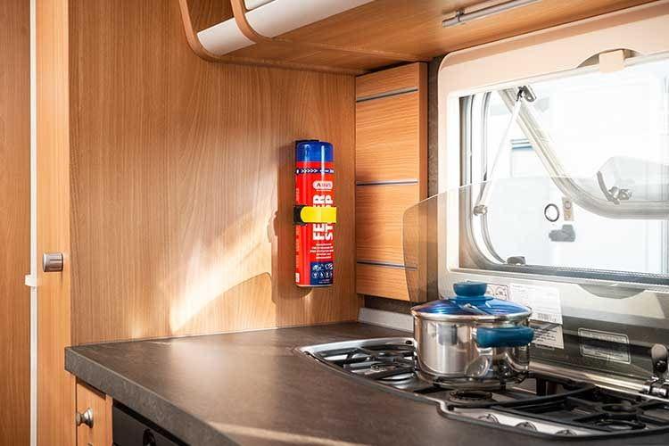 In Caravans breiten sich Feuer besonders schnell aus. ABUS Feuerstopp hilft Entstehungsbrände schnell zu löschen
