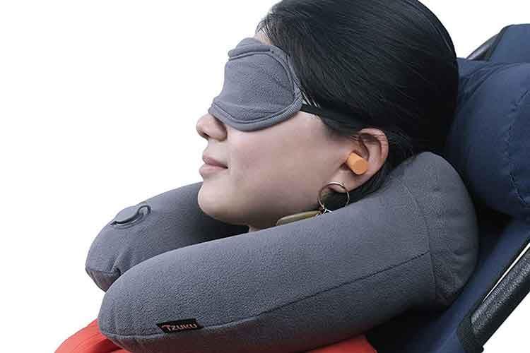 Klassiker neu erfunden: Das IZUKU Reisekissen bietet im Nackenteil zwei Höcker und wird mit Augenmaske und Ohrstöpsel geliefert