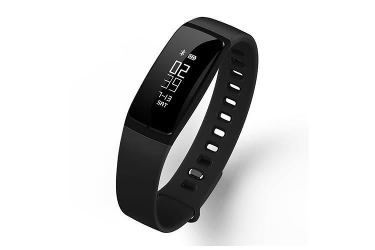 Der Fitnesstracker kann bei diesem Modell aus dem Armband herausgenommen werden