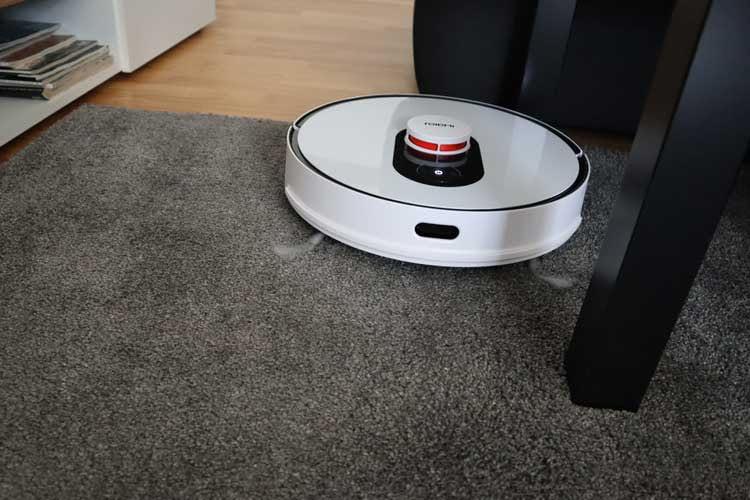 Roidmi EVE Plus saugte im Test Teppiche, Holzboden und Fliesen zuverlässig
