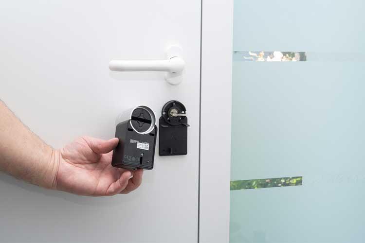 Das elektrische Türschloss von Nuki wird auf den eingesteckten Schlüssel montiert