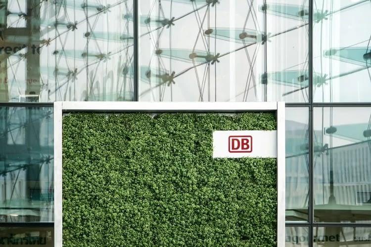 In der Halle des Berliner Hauptbahnhofs kann bereits ein CityTree bestaunt werden, er wurde von der DB personalisiert