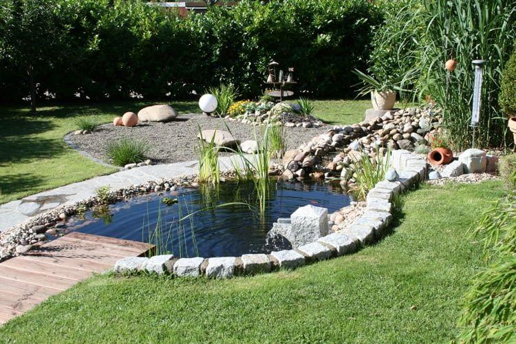 Einen Teich sollte man außer mit Begrenzungskabel auch mit einer 15cm hohen Begrenzung sichern