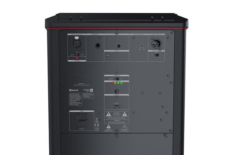 Teufel ROCKSTER AIR bietet reichlich Anschlüsse für E-Gitrarre, Mikrofon und Co.