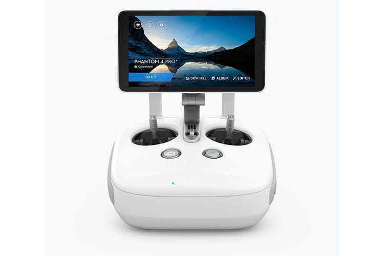 Die Fernbedienung der DJI PHANTOM 4 PRO+ V2.0 Drohne hat ein integriertes Display