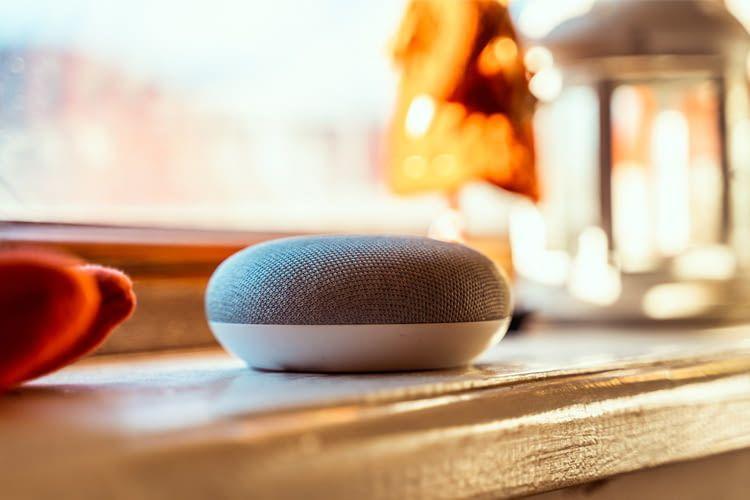 Sprachgesteuerte Lautsprecher (hier: Google Home Mini) bieten besonders viel Komfort