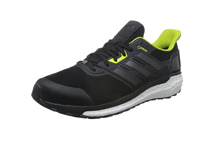 Der schicke Laufschuh von Adidas besitzt eine Gummisohle