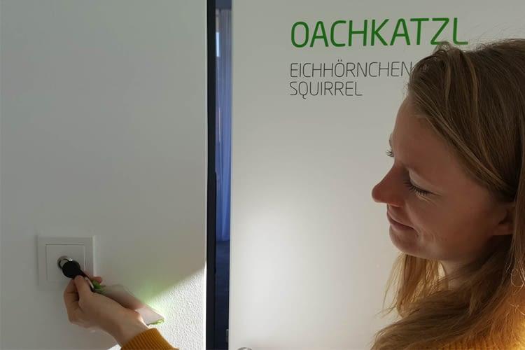 Türen, Mitarbeiterschränke und Snackschubladen werden bei Loxone mit dem iButton geöffnet