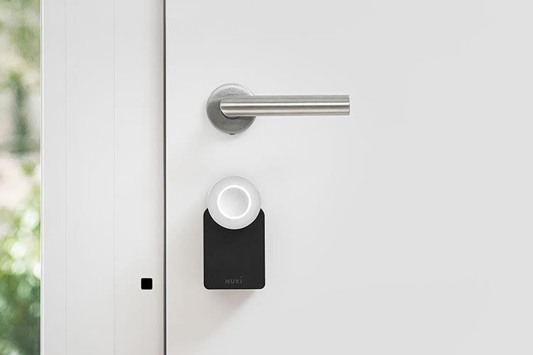 Das Nuki Smart Lock Türschloss ist lediglich an der Innenseite angebracht und verändert damit nicht den Versicherungsschutz der Tür