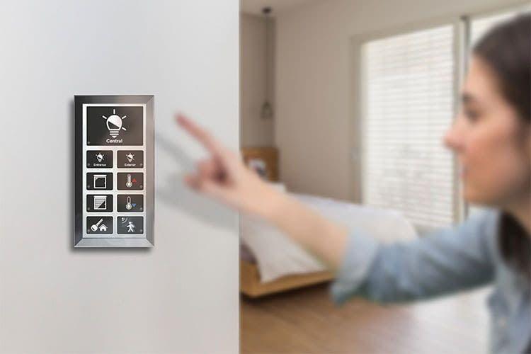Die Bedienung eines intteligenten Smart Homes erfolgt meist über ein Touch-Panel. Hier das LCN Bedien-Panel GT12