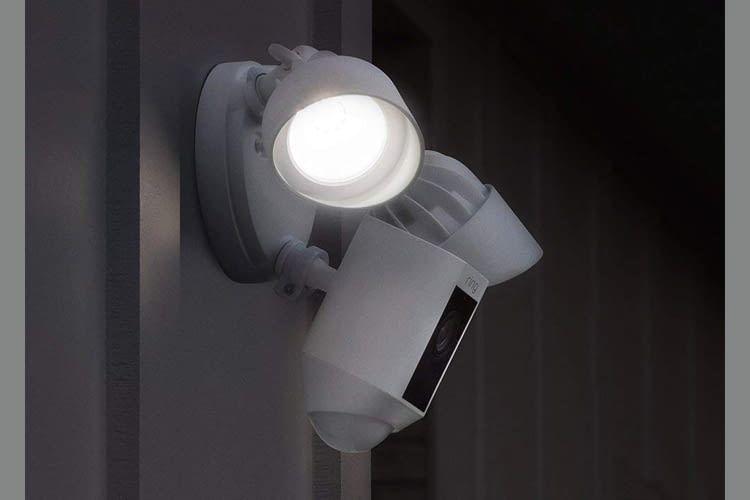 Die beiden Flutlichter strahlen dank 3000 Kelvin Leuchtkraft sehr hell