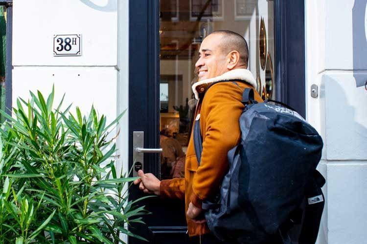 Das LOQED Türschloss erkennt, wenn sich Nutzer nähern, ohne dass diese ihr Smartphone aus der Tasche nehmen müssen