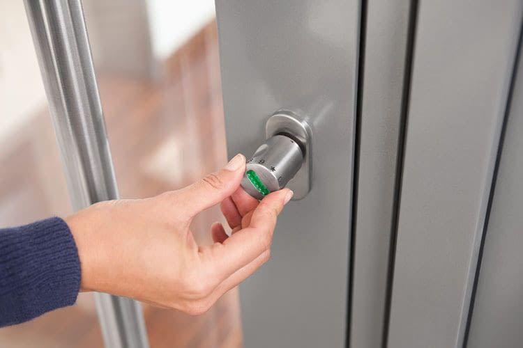 Mit ABUS CodeLoxx öffnen Bewohner per Ziffernring die Tür und ersetzen damit herkömmliche Schlüssel