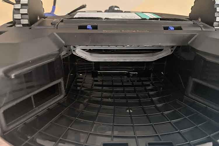 Ein Blick ins Innenleben des Saugroboters eufy RoboVac X8 Hybrid: Der Schmutzbehälter wird wie eine Schublade herausgezogen