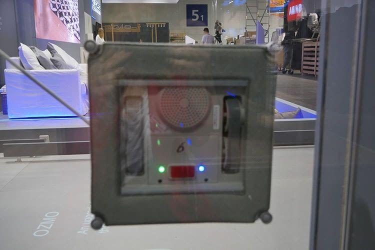 Fensterputzroboter WINBOT X - wenn ein Roboter an der Scheibe klebt