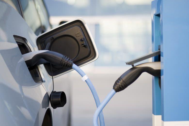 Wie hoch sind für Elektroautos die Kosten einer Aufladung an E-Tankstellen?